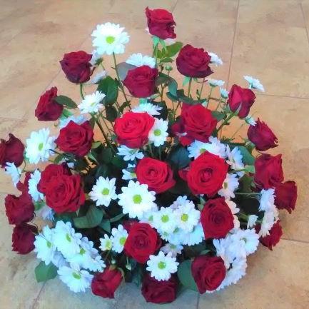 Gesteck mit Chrysanthemen und Rosen