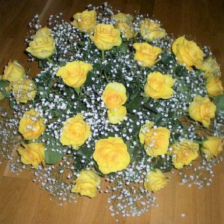 Gesteck mit gelben Rosen