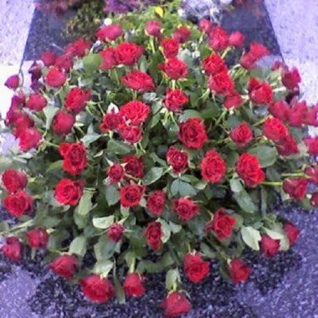 Gesteck mit roten Rosen