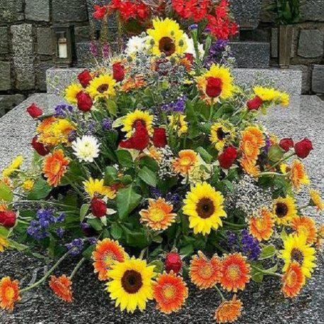 Gesteck mit bunten Blumen